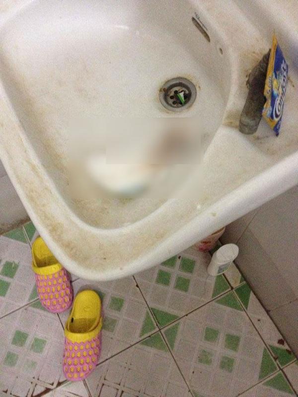 Ngay tới bồn rửa mặt cũng két bẩn lại đen xì.(Ảnh: Internet)