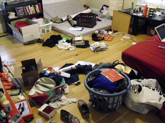 """Có vẻ như căn phòng này tạm được gọi là """"sạch sẽ"""" nhất so với những căn bên trên. Nhưng nó cũng vẫn khiến nhiều người phải """"ngán ngẩm lắc đầu quay đi"""" vì sự bừa bộn của những vật dụng trong phòng.(Ảnh: Internet)"""