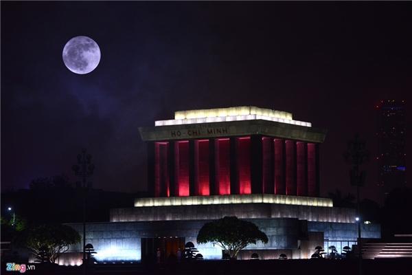 Hiện tượng siêu trăngđược ghi lại từ Hà Nội, Đà Nẵng, TP.HCM. (Ảnh: Zing, Tuổi Trẻ)