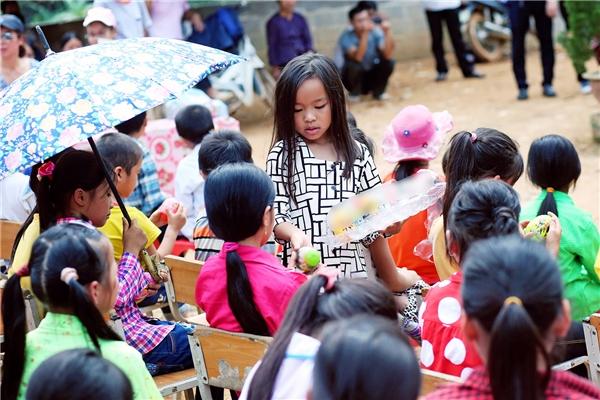 Gia đình Việt Hương truyền hơi ấm cho trẻ em nghèo vùng núi phía Bắc - Tin sao Viet - Tin tuc sao Viet - Scandal sao Viet - Tin tuc cua Sao - Tin cua Sao