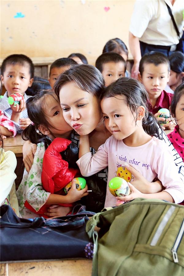 Cũng từ tấm lòng thiện nguyện này, Việt Hương đã quyết định thành lập quỹ thiện nguyện mang tên Hương Việt Nam. - Tin sao Viet - Tin tuc sao Viet - Scandal sao Viet - Tin tuc cua Sao - Tin cua Sao