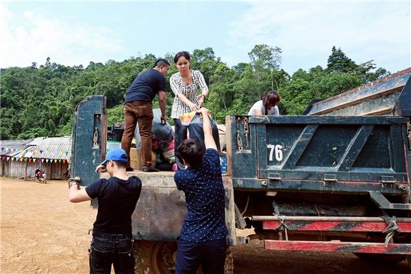 Cảm thông với sự khó khăn mà các em nhỏ đang gặp phải, nghệ sĩ Việt Hương cùng ê-kípcủa mình đãthực hiện chuyến từ thiện đến thăm và trao quà cho trẻem địa phương. - Tin sao Viet - Tin tuc sao Viet - Scandal sao Viet - Tin tuc cua Sao - Tin cua Sao