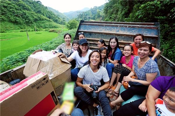 Vì vậy, để vận chuyển quà cùng các nhu yếu phẩm vào tặng các em học sinh, đoàn của nghệ sĩViệt Hương phải sử dụng xe bán tải và mất khoảng 4 tiếng đồng hồ để di chuyển quãng đường hơn 8 cây số. - Tin sao Viet - Tin tuc sao Viet - Scandal sao Viet - Tin tuc cua Sao - Tin cua Sao