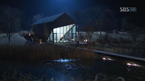 Khi màn đêm buông xuống, biệt thự phủ lênmột sắc thái huyền bí, hệt như ngôi nhà trong truyện cổ tích.