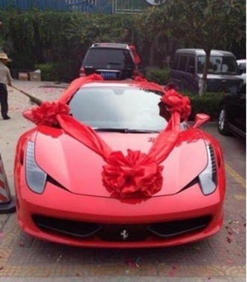 Chiếc Ferrari đắt tiền này cũng là thứ nhà gái mang sang nhà trai.