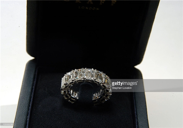 Chiếc nhẫn cưới bằng bạch kim nạm kim cương 13 cara Donald Trump đặt riêng cho vợ mình.