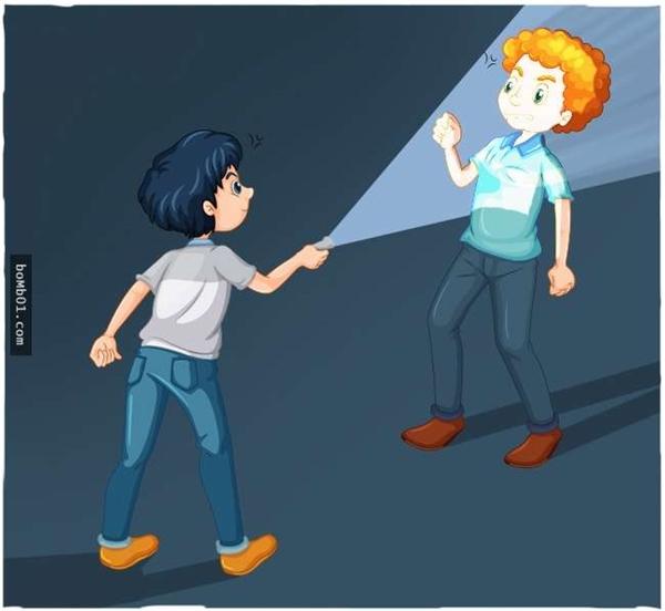 Khi đang đi đêm gặp phải kẻ xấu, bạn có thể dùng ánh sáng đèn pin khiến họ bị mù tạm thời và thừa cơ thoát nạn.