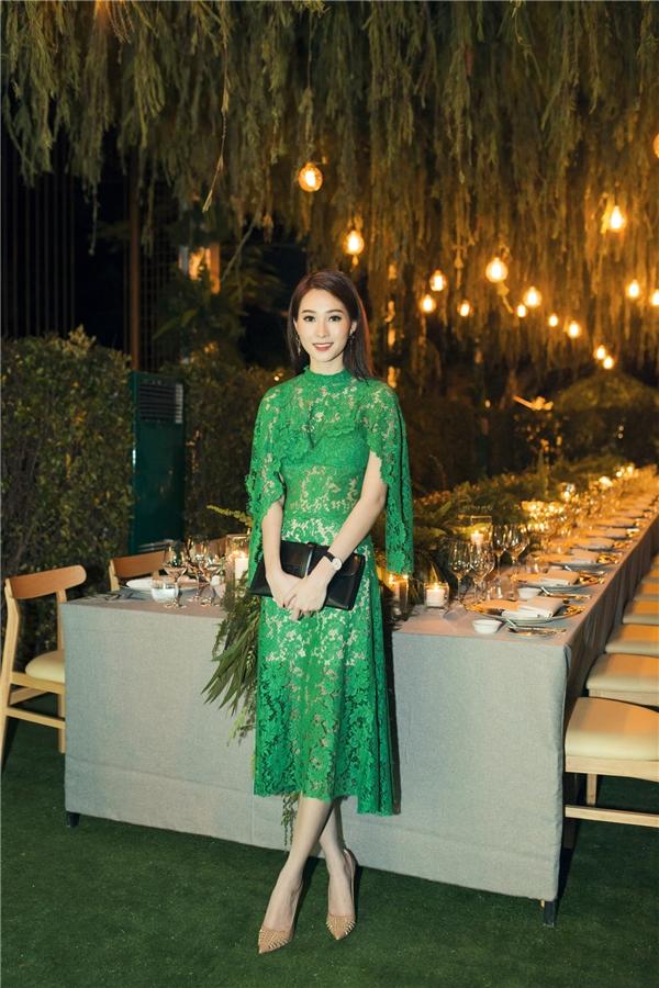 Trong sự kiện vừa diễn ra, Hoa hậu Đặng Thu Thảo đẹp hoàn hảo ở mọi góc nhìn khi diện chiếc đầm xanh ren với điểm nhấn phần vạt vai của NTK Lâm Gia Khang.