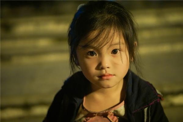 """Cô bé người H'Mông xinh đẹp đang làm dân mạng """"xôn xao"""" những ngày qua. (Ảnh: Phạm Nhất Việt)"""