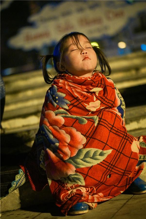 Một cô bé dễ thương ngủ say giữa trời SaPa.(Ảnh: Phạm Nhất Việt)