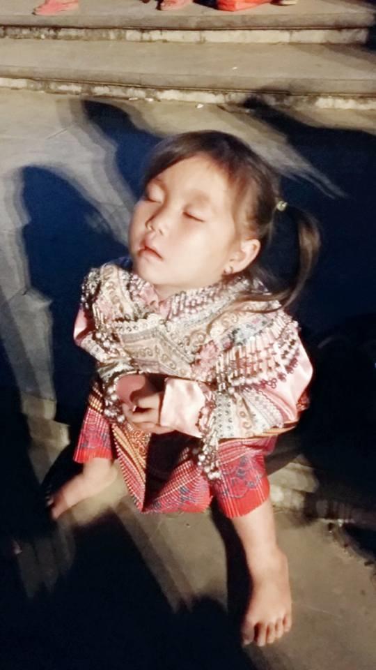 """""""Dáng ngủ bất hủ"""" của cô bé được một bạn trẻ khác chụp lại. (Ảnh: Internet)"""