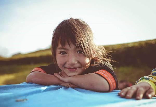 Cô bé với đôi mắt to tròn, nụ cười xinh xắn.(Ảnh: Internet)
