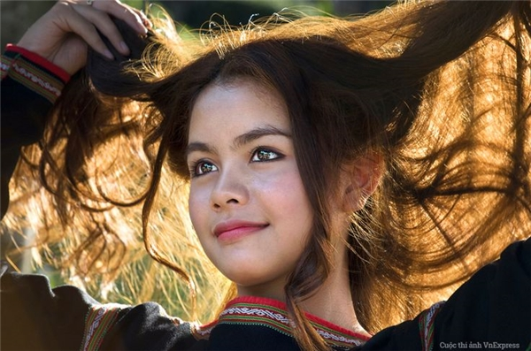 Đây là bức hình tham dự cuộc thi ảnh của một trang báomạng. Cô bé xinh xắn trong bộ đồ dân tộc,đôi mắt long lanh, nụ cười mỉm duyên dáng và mái tóc ánh vàng vô cùng cuốn hút.(Ảnh: Internet)