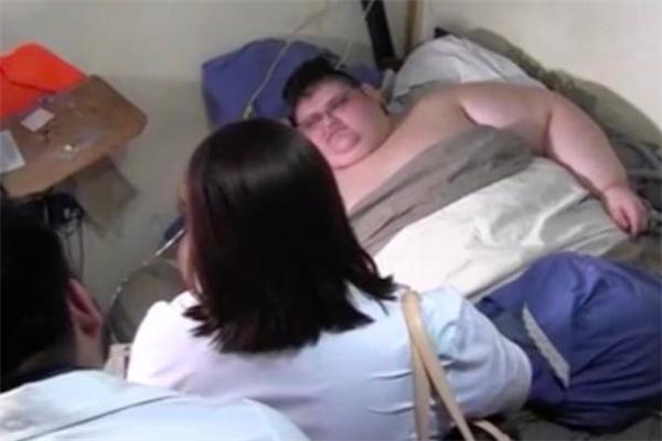 Juan cần được chăm sóc đặc biệt tại nhà do anh phải nằm liệt giường vì thân hình quá khổ.