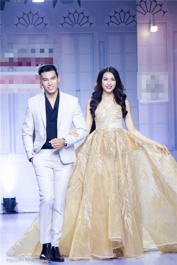 Ngọc Tình kết đôi cùng Lệ Hằng trên sàn diễn với những bộ trang phục cưới lộng lẫy, bắt mắt.