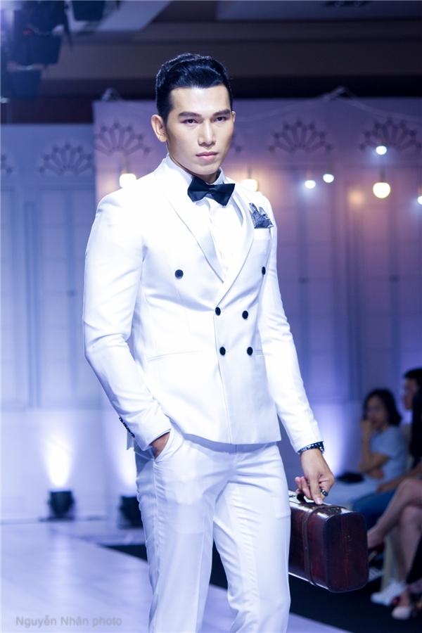 Ngọc Tình trông như hoàng tử trong chuyện cổ tích khi diện suit trắng thanh lịch.