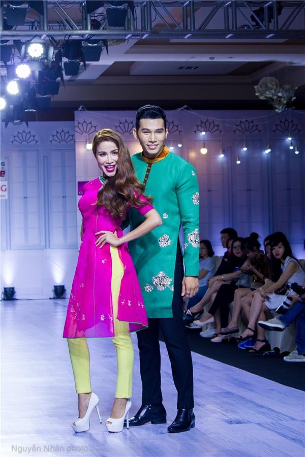 Bên cạnh Lệ Hằng, Ngọc Tình còn trình diễn đôi cùng một vài người mẫu trẻ giới thiệu những trang phục dành cho mùa cưới, mùa tết 2016 sắp tới đây.