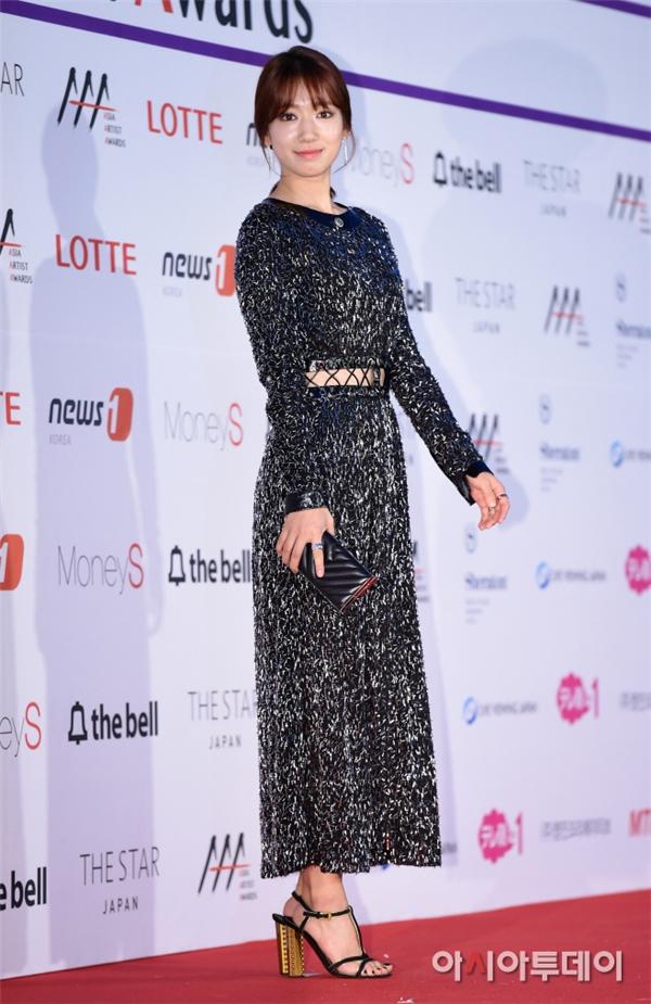 Park Shin Hye nổi bật với chiếc đầm liền sang trọng với điểm nhấn là khe hở tinh tế giữa bụng. Có thể thấy cô nàng đã trở nên thon gọn hơn rất nhiều trong những lần xuất hiện gần đây.