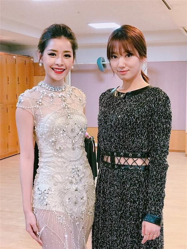 Nữ diễn viên có cơ hội được gặp Park Shin Hye trong hậu trường. Chi Pu tỏ ra không hề kém cạnh ngôi sao hàng đầu xứ sở kim chi. Được biết, trang phục của Chi Pu do nhà thiết kế Đỗ Long thực hiện.