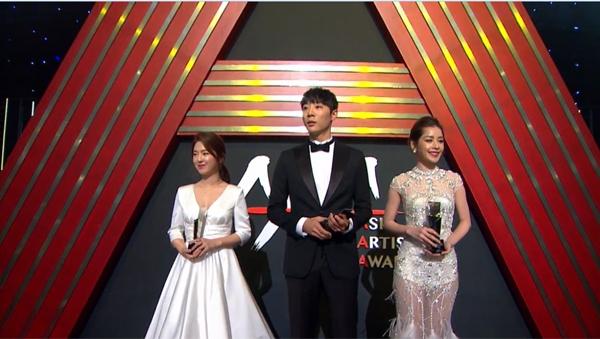 """Tại lễ trao giải, Chi Pu bất ngờ được xướng tên cho giải thưởng """"Rising Star - Nghệ sĩ mới Châu Á"""" - lĩnh vực Điện ảnh. Cô xuất hiện trên sâu khấu cùng hai diễn viên thắng giải cùng hạng mục."""