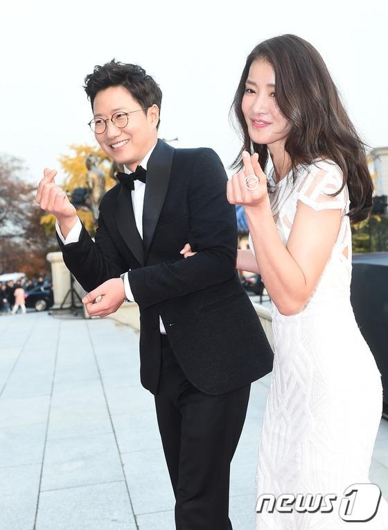 Lee Si YoungYoung xuất hiện cùngCho U Jong trên thảm đỏ với trang phục có màu sắc tương phản.