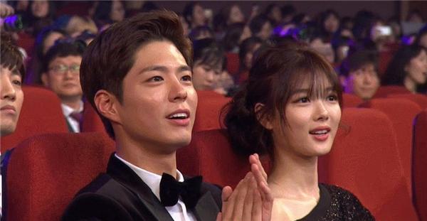 Chỉ cần ngồi cạnh nhau, vẻ ngoài hoàn mĩ không tì vết của cặp đôi cũng đủ làm sáng rực cả một góc khán đài.