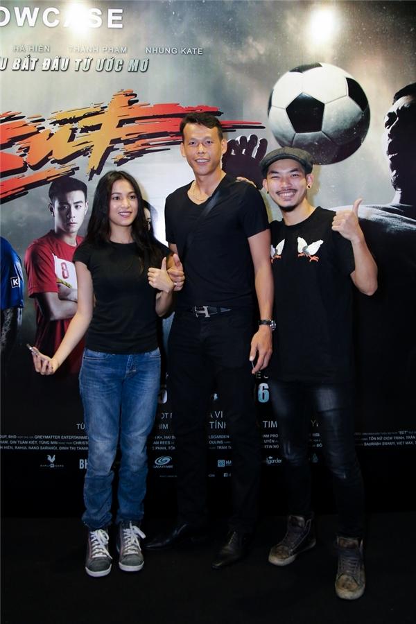Hai diễn viên chính hào hứng giao lưu cùng thủ môn Tấn Trường.