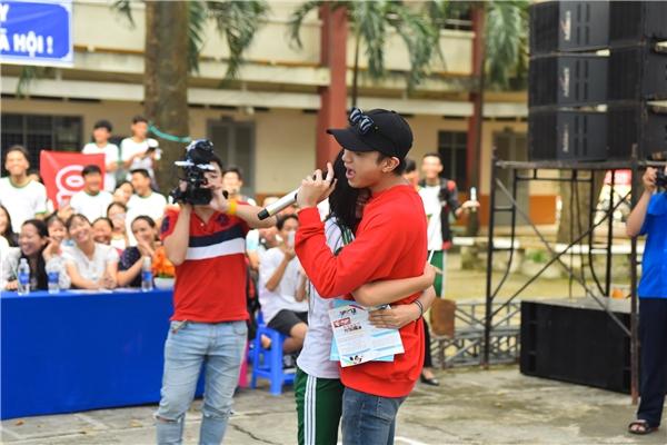 Soobin Hoàng Sơn đang hát thì bất ngờ có một bạn học sinh chạy lên ôm chầm.