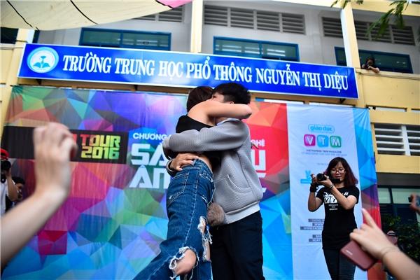 Tóc Tiên cũng được học sinh ôm ngay trên sân khấu.