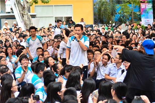 Học sinh đứng hát giữa sân trường cùng nữ ca sĩ Phương Anh Idol.