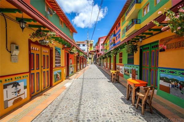 Người dân ở Guatapéđã chọn cách dùng màu sơn sặc sỡ để tô điểm cho mọi ngôi nhà, từng góc phố để tạo nên sự khác biệt.