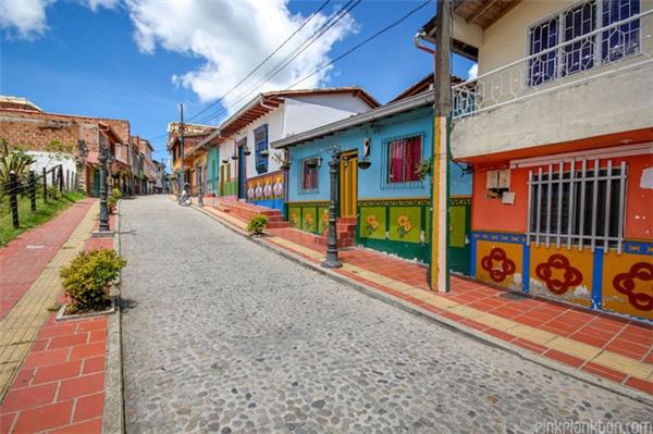 Không gmang màu sắc của một khuhiện đại, hầu hết nhà cửa tại thị trấn Guatapé đều được xây dựng theo lối kiến trúc tối giản và xưa cũ.