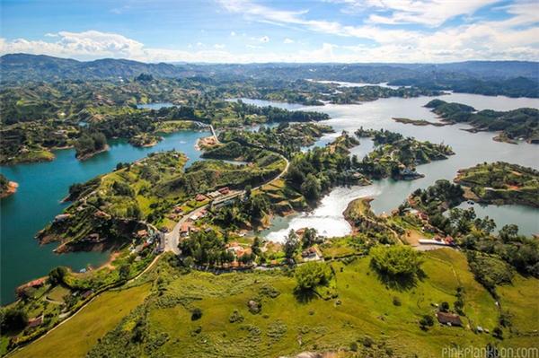 Bạn sẽ có cơ hội ngắm nhìn toàn cảnh thành phố từhòn đá cao 2.100 mét so với mực nước biển này.