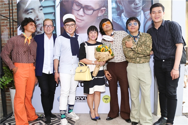 Nữ ca sĩ Ngọc Linh (ở giữa) cũng có mặt để chúc mừng những người bạn của mình. - Tin sao Viet - Tin tuc sao Viet - Scandal sao Viet - Tin tuc cua Sao - Tin cua Sao