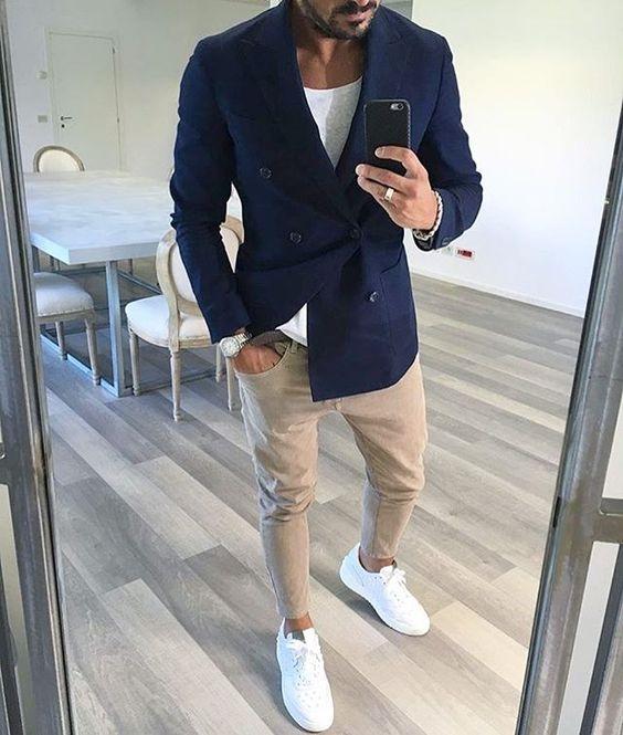 Combo áo thu + quần jeans/khaki không bao giờ lỗi mốt.