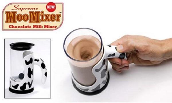 Moo Mixer sẽ giúp bạn khuấy đều những cốc cafehay cacao nóng. Chỉ có điều, thiết bị chạy pin này không thực hiện từ công đoạn ban đầu, mà nó chỉ làm một việc duy nhất đó là... khuấy đều.