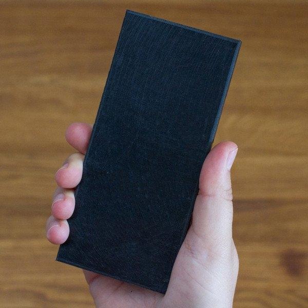 Thực tế nó chỉ là một miếng nhựa không hơn không kém, được bán với giá 10 USD để đánh lừa người dùng có cảm giác như đang đút điện thoại trong túi hoặc như cầm điện thoại trên tay.
