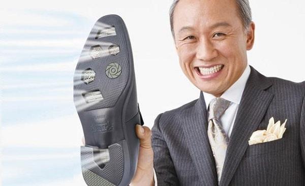 Nó có vẻ bề ngoài không khác gì những đôi giày mà bạn mang trên chân hàng ngày. Tuy nhiên, nó có những lỗ thoáng khí nằm ngay bên dưới đế sử dụng công nghệ siêu việt giúp thổi những luồng hơi mát cho đôi bàn chân của bạn.
