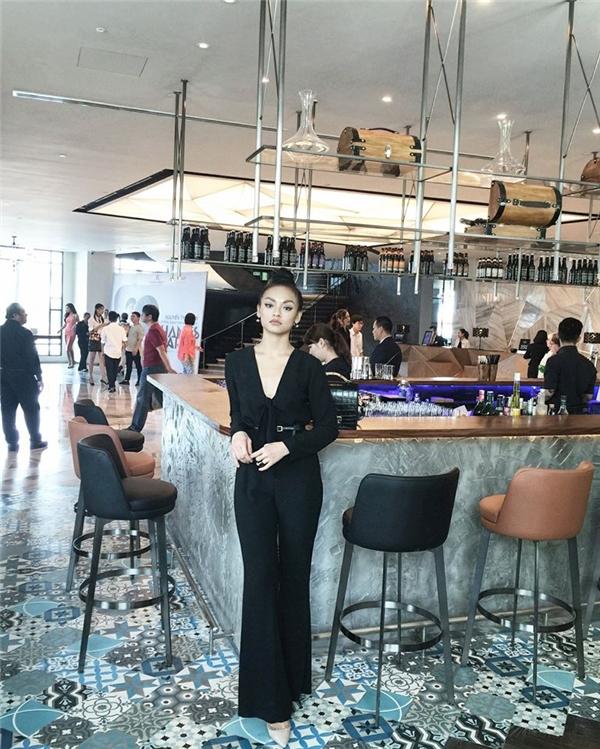 Trong một bức ảnh đăng tải cách đây không lâu, Mai Ngô bị cho rằng đã áp dụng công nghệ chỉnh sửa để giúp cơ thể cân đối hơn. Nữ người mẫu nhanh chóng phản bác luận điểm trên.
