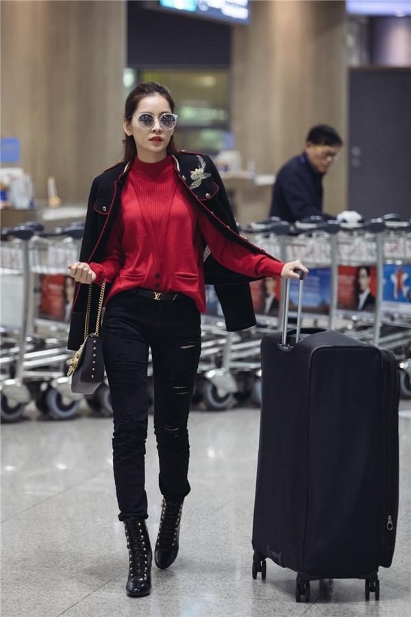 Xuất hiện tại sân bay, nữ diễn viên khoe phong cách thời trang trang sành điệu. Cô diện áo len thương hiệuJust Cavalli, khoác ngoài bằng một chiếc áo khoác thêu hoạ tiết bắt mắt. - Tin sao Viet - Tin tuc sao Viet - Scandal sao Viet - Tin tuc cua Sao - Tin cua Sao