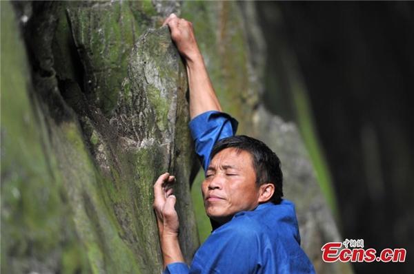 Trong quá trình leo trèo, ông Hoàng thường gõ vách đá để kiểm tra độ an toàn.