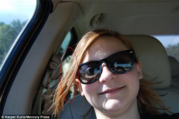 Bức ảnh tự sướng trên đường đi của chịMelissa Kurtz với hồn ma một cậu bé ở phía sau. Được biết, bức ảnh trên được chụp trên đường cao tốc thuộc khu vực Maitland, Florida, gần Orlando vào tháng 7 năm nay.(Ảnh: Daily Mail)