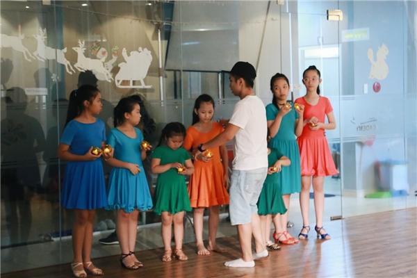 Không những thế, ông xã Khánh Thi còn lo từng miếng ăn, nước uống và dàn dựng vũ đạo cho các bé học viên để quay MV. - Tin sao Viet - Tin tuc sao Viet - Scandal sao Viet - Tin tuc cua Sao - Tin cua Sao