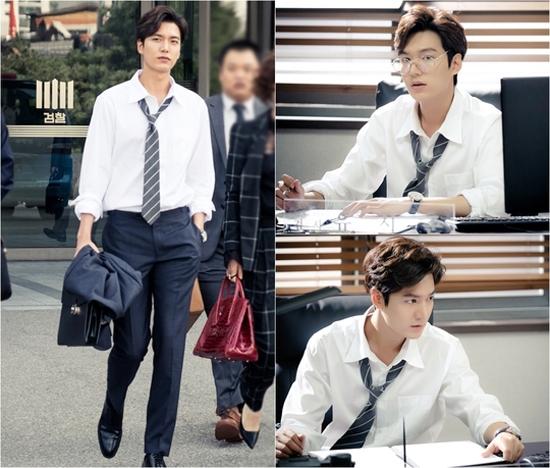Heo Joon Jae trong hình ảnh một chàng công tố viên bảnh bao với quần âu, áo sơ mi và cà vạt trễ cổ.
