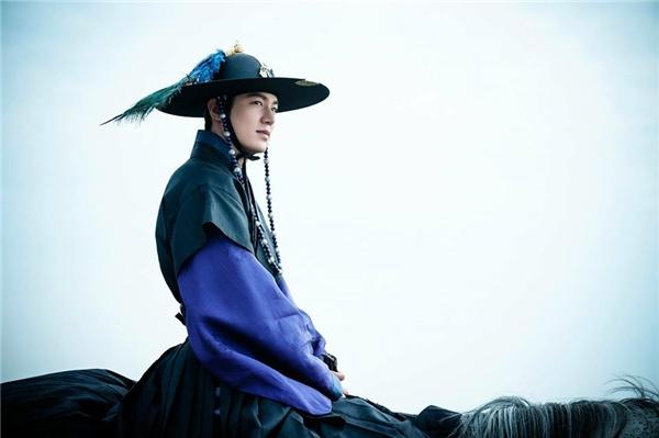 Muôn kiểu tạo hình của Lee Min Ho trong Huyền thoại biển xanh