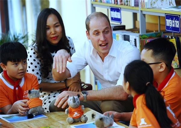 Hoàng tử William ghé thăm các em học sinh trường Tiểu học Hồng Hà trên phố Lãn Ông.(Ảnh: Giang Huy)