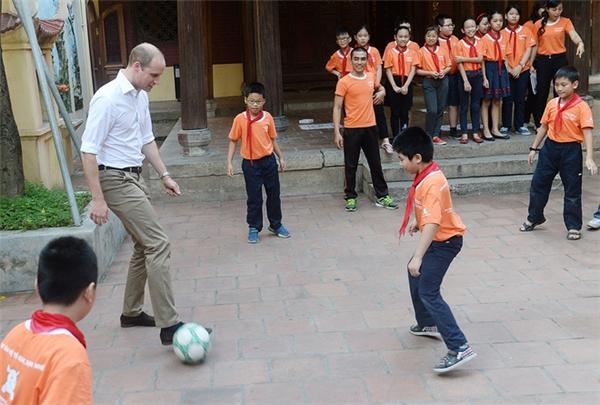 Hoàng tử vui vẻ trò chuyện và vui chơi cùng các em học sinh ở đây. (Ảnh: Giang Huy)