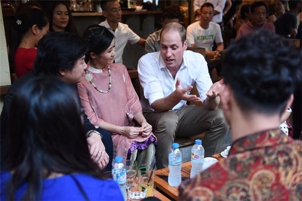 Hoàng tử trò chuyện cởi mở và vui vẻ với mọi người.(Ảnh: Giang Huy)