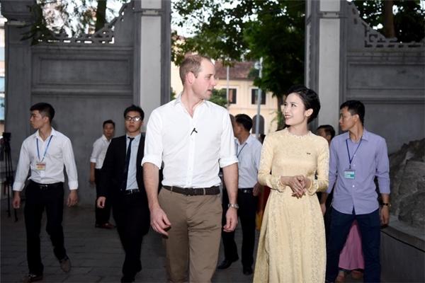 Rời quán cà phê, Hoàng tử đến thăm đền Ngọc Sơn.(Ảnh: Giang Huy)