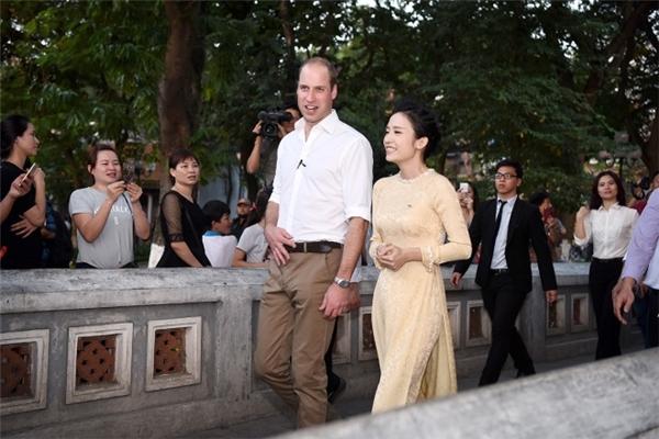 Một nữ MC trò chuyện cùng Hoàng tử.(Ảnh: Giang Huy)